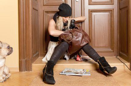 Frau sucht Schlüssel